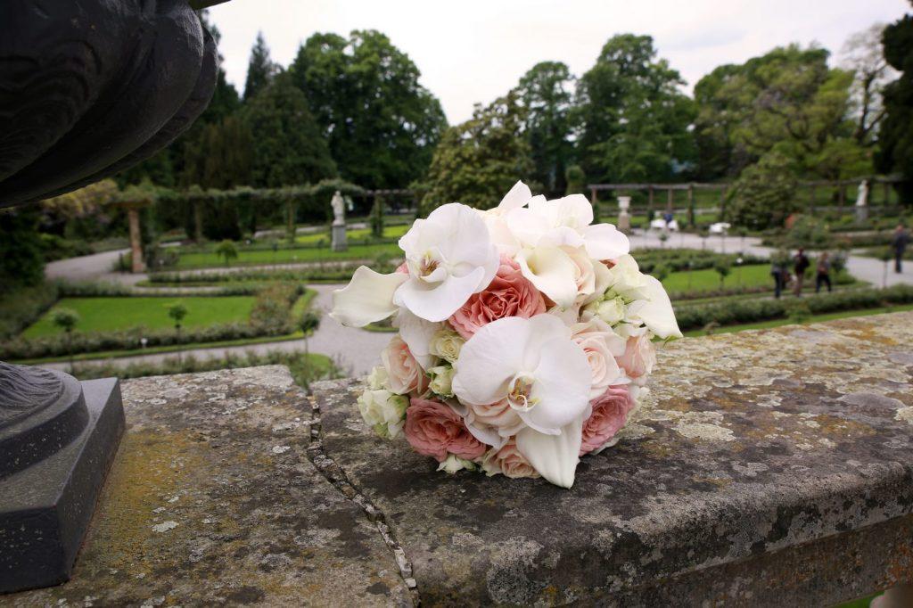 Rosa Blumenstrauß auf Steinmauer