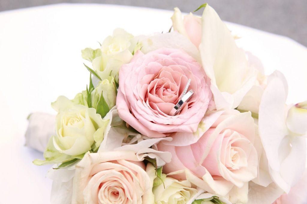 Ehering in Blumenblüte Rosa