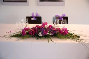 Blumengesteck mit lila farbenden Blumen