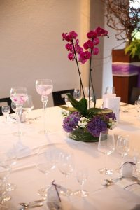Hochzeitstisch Dekoration mit bepflanzter Wasserschale