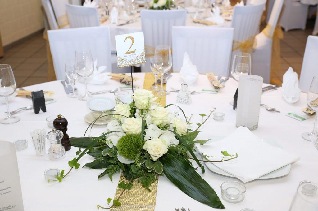 Tischdekoration mit goldener Tischnummer und goldener Bordüre