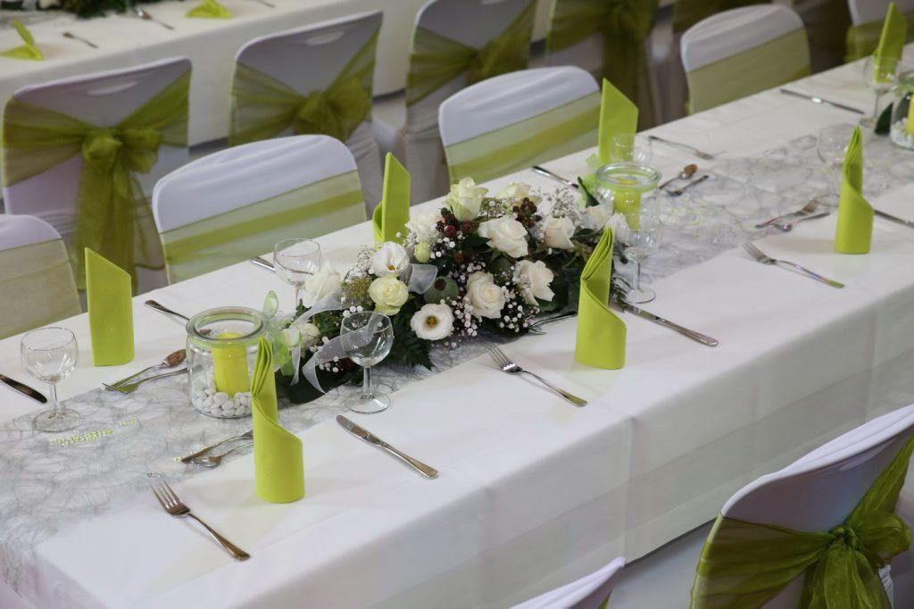 Tischdekoration in Grün mit Blumengesteck
