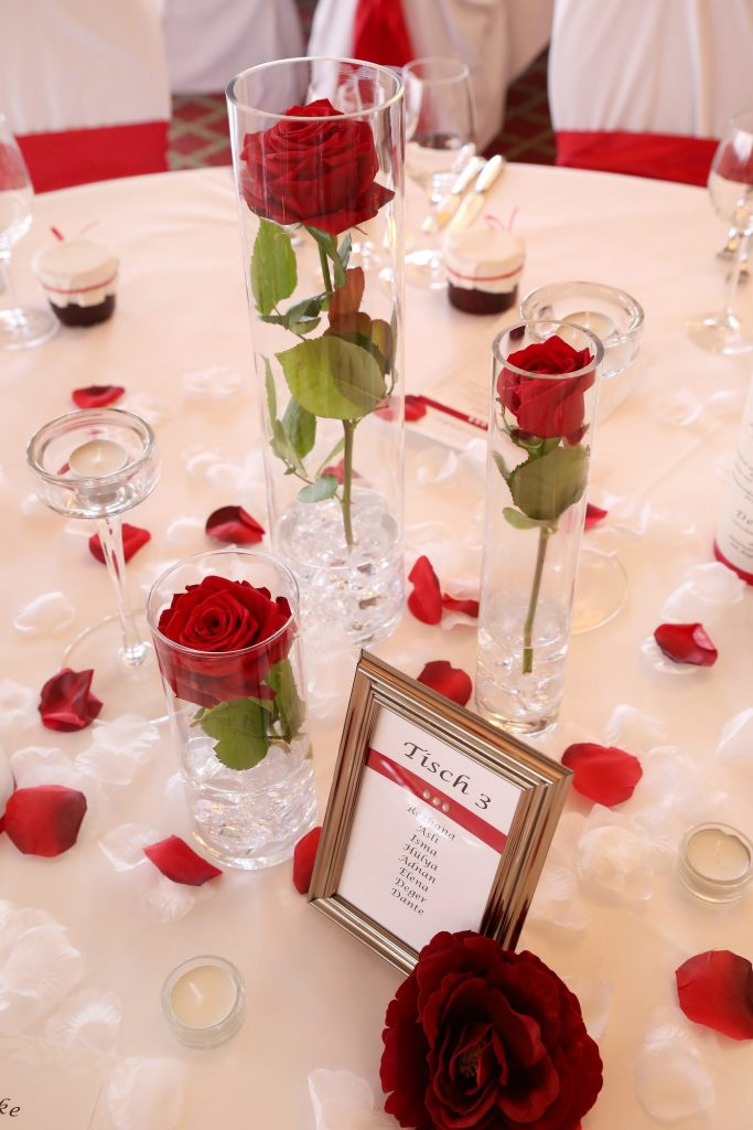 tischdeko mit roten rosen seepavillon kln lampion und fr. Black Bedroom Furniture Sets. Home Design Ideas