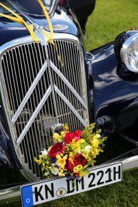 Citroen Oldtimer mit Blumenschmuck
