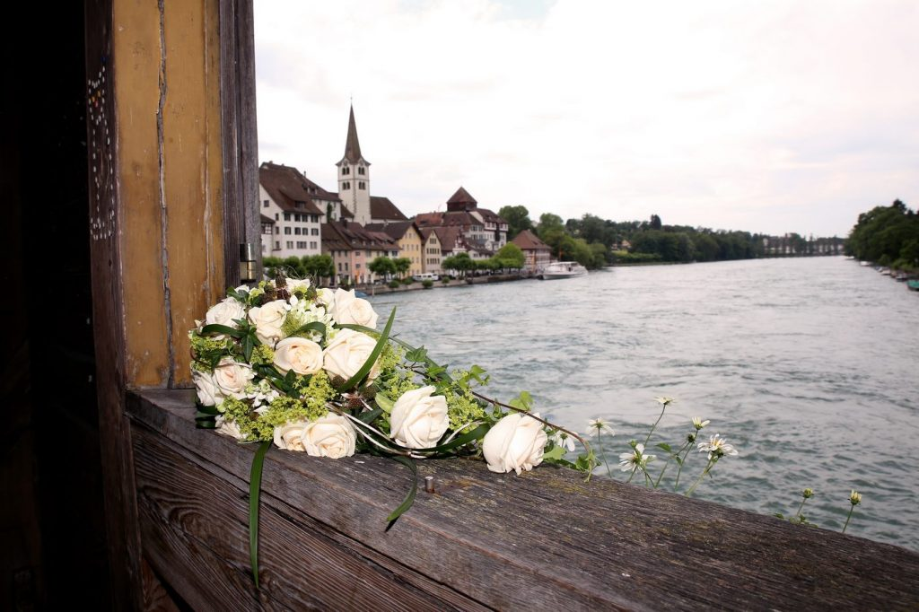 Blumenstrauß in weiß an der Brücke in Diessenhofen