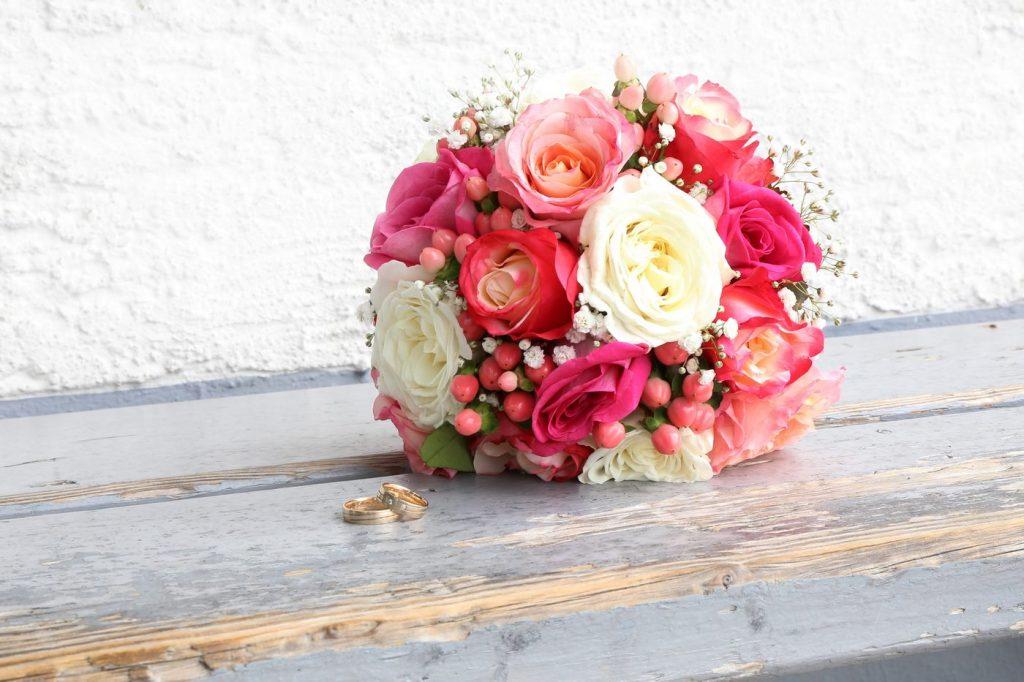 Blumenstrauß mit kräftigen Farben und Eheringen