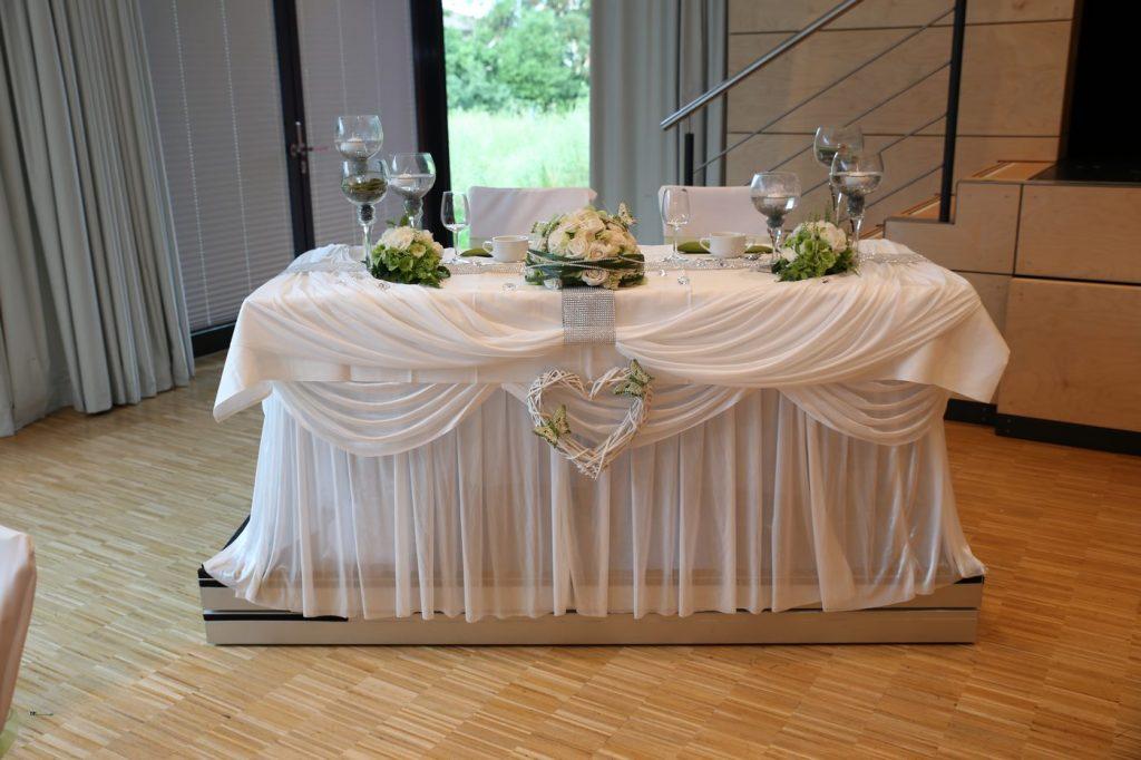Hochzeitstisch mit Vasen und Blumengestecken