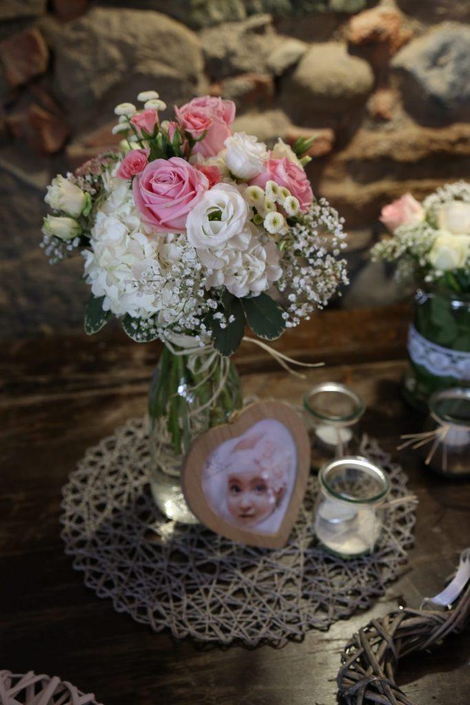 Blumenstrauss mit Rosa und Weißen Blumen an einer Steinwand