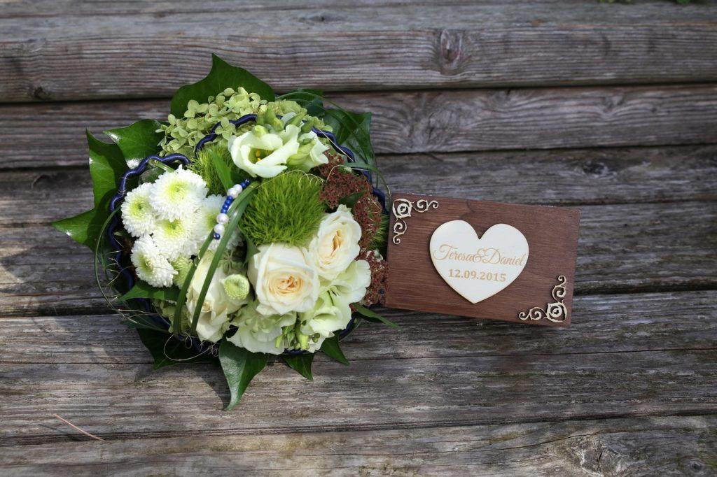 Brautstrauß auf Holzbank mit Ringschatulle