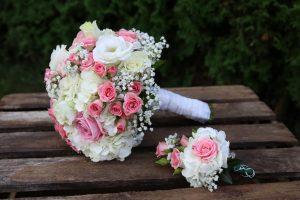 Blumenstrauss und Anstecker mit Rosa Weiße Blumen und Schleierkraut