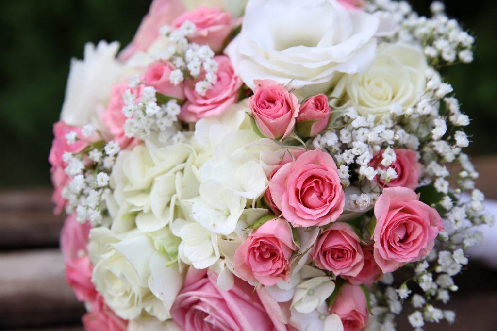 Blumenstrauss Rosa Weiße Blumen mit Schleierkraut