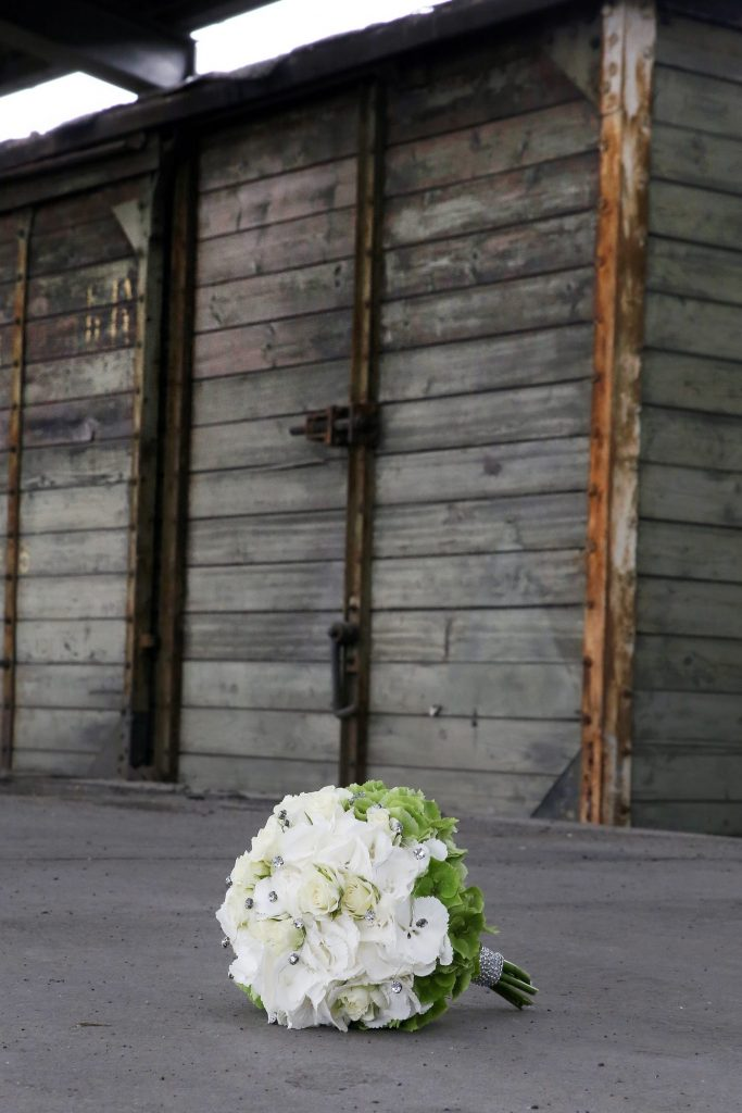 Verlassener Brautstrauß an altem Bahnhof
