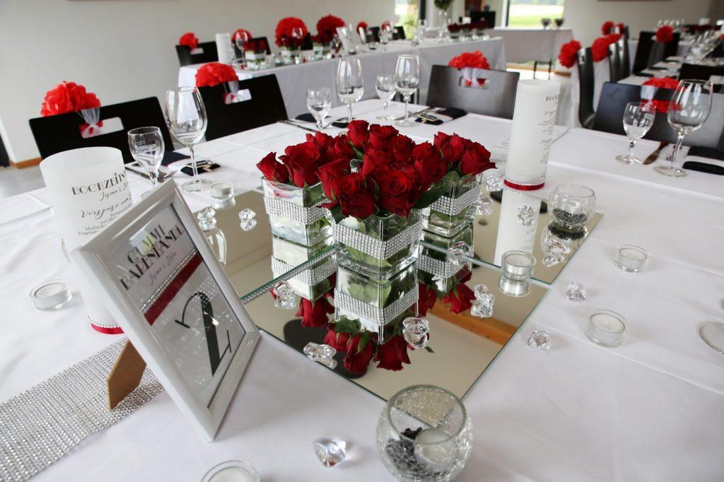Tischdekoration in Rot im Hollywood Stil und quadratischen Spiegelunterlagen