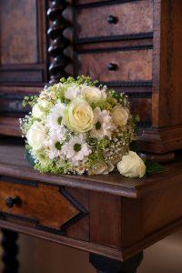 Blumenstrauß auf altem Möbel