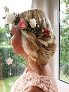 Haarblumenkranz der Brautjungfer von der Seite