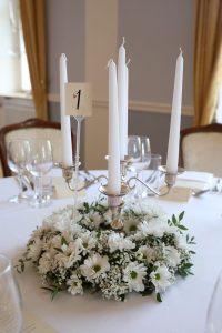 5 armiger Kerzenständer mit weißen Blumenkranz