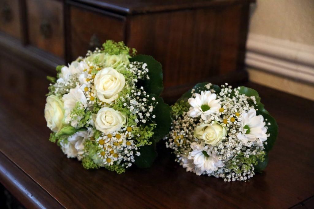 Blumenstrauß zur Hochzeit in der Kirche