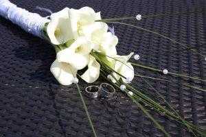 Kleiner Brautstrauß mit Eheringen abgelichtet