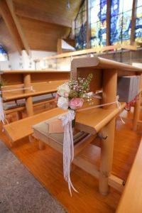 Blumenschmuck an moderner Kirchenbank