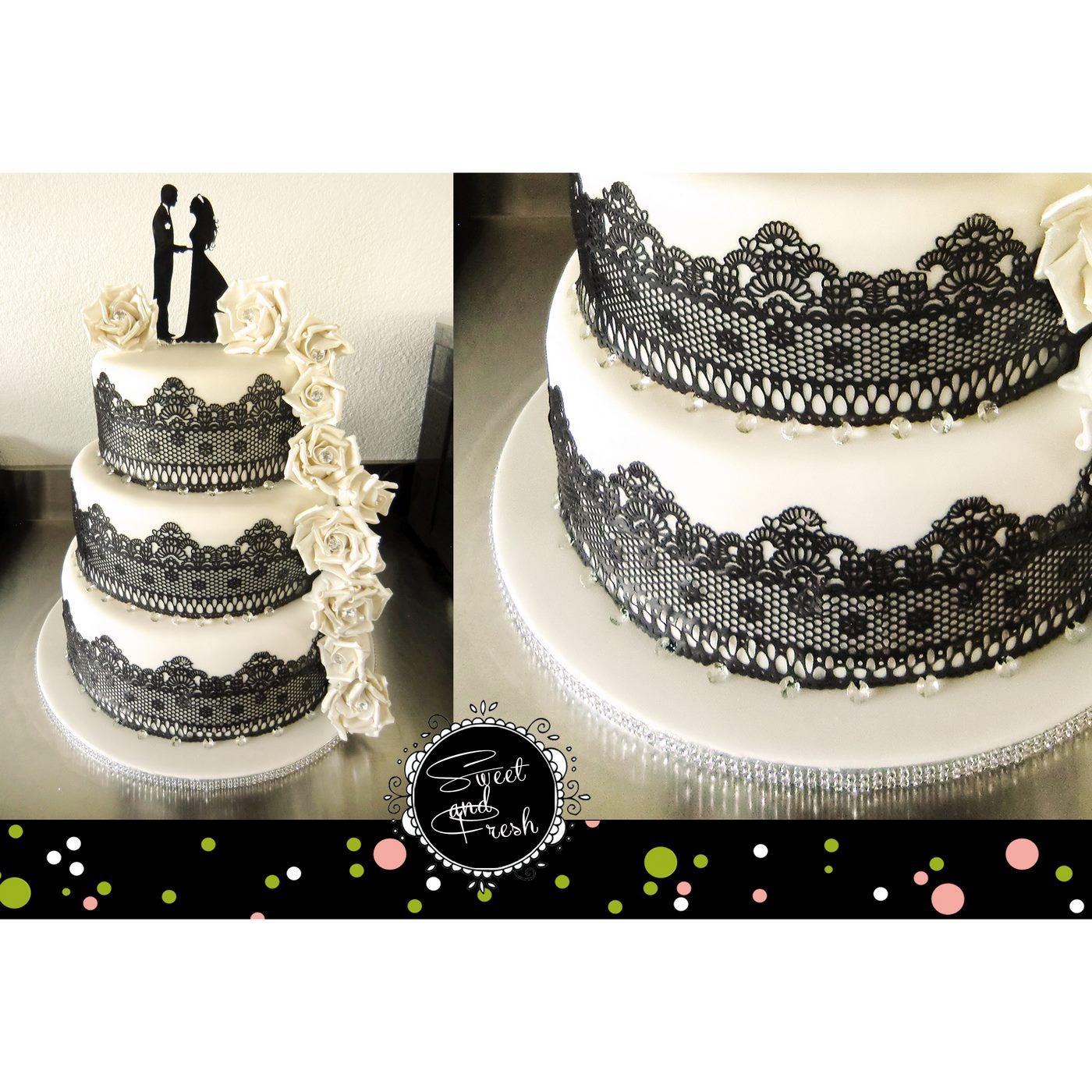 Hochzeitstorte mit schwarzem Spitzenband