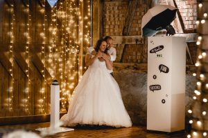 Brautpaar mit PMG Fotobox Lichterkette