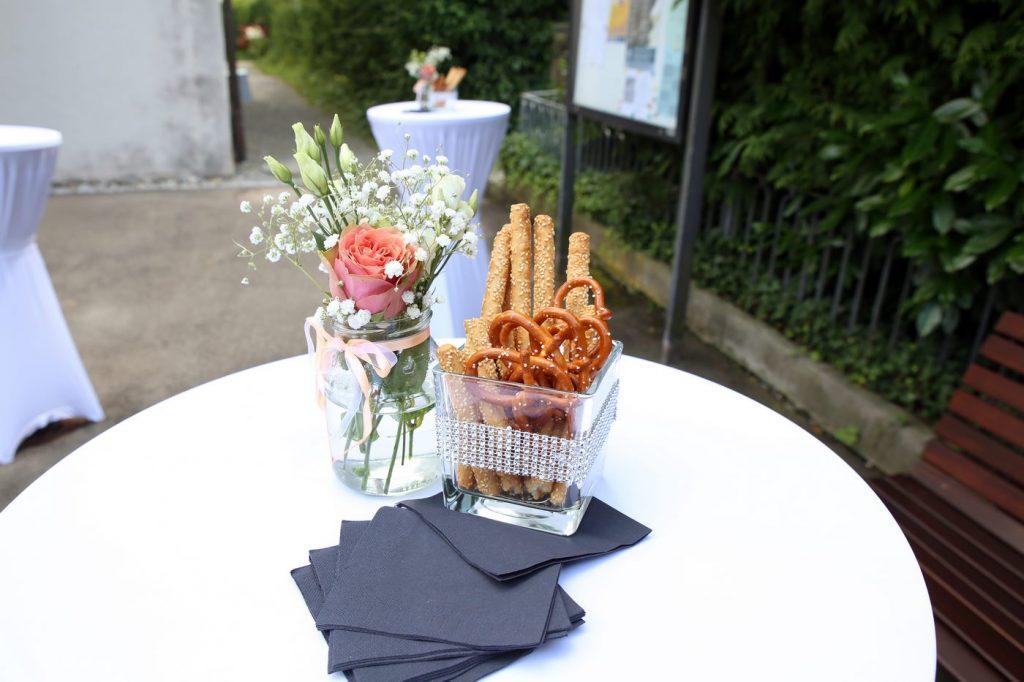 Kleiner Blumenstrauß dekoriert für einen Sektempfang und Knabbergebäck