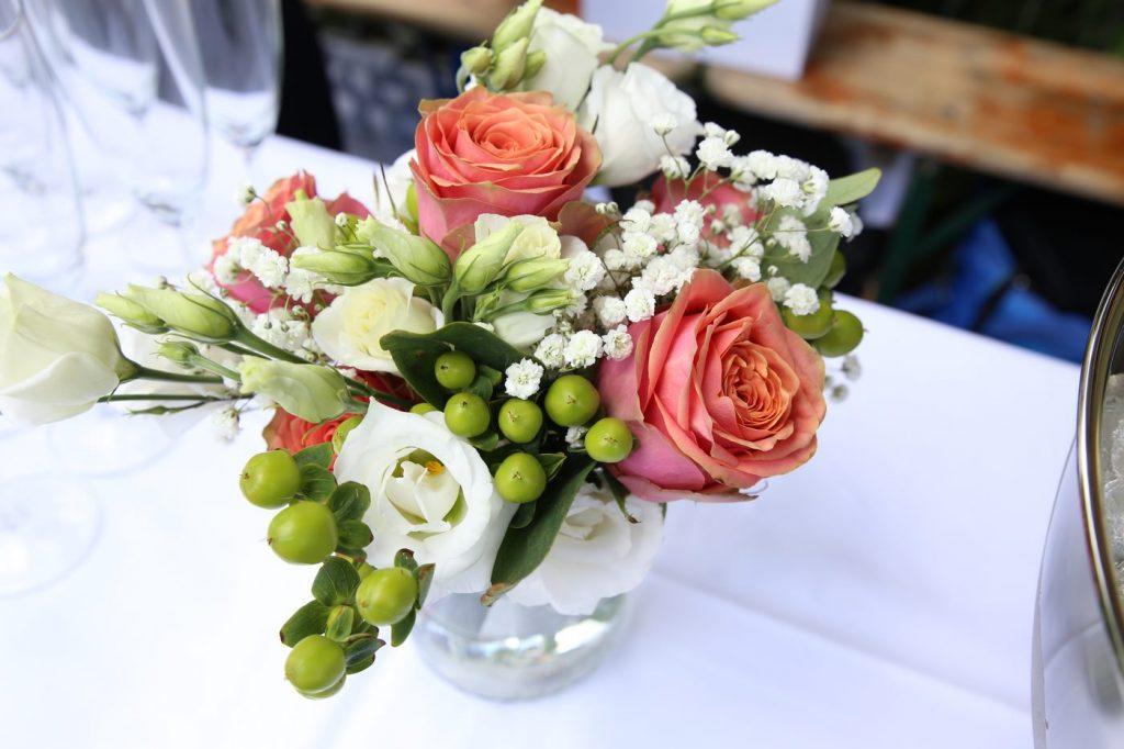 Tischgesteck klein mit Blumen und Knospen