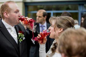 Brautpaar stößt mit Sekt an