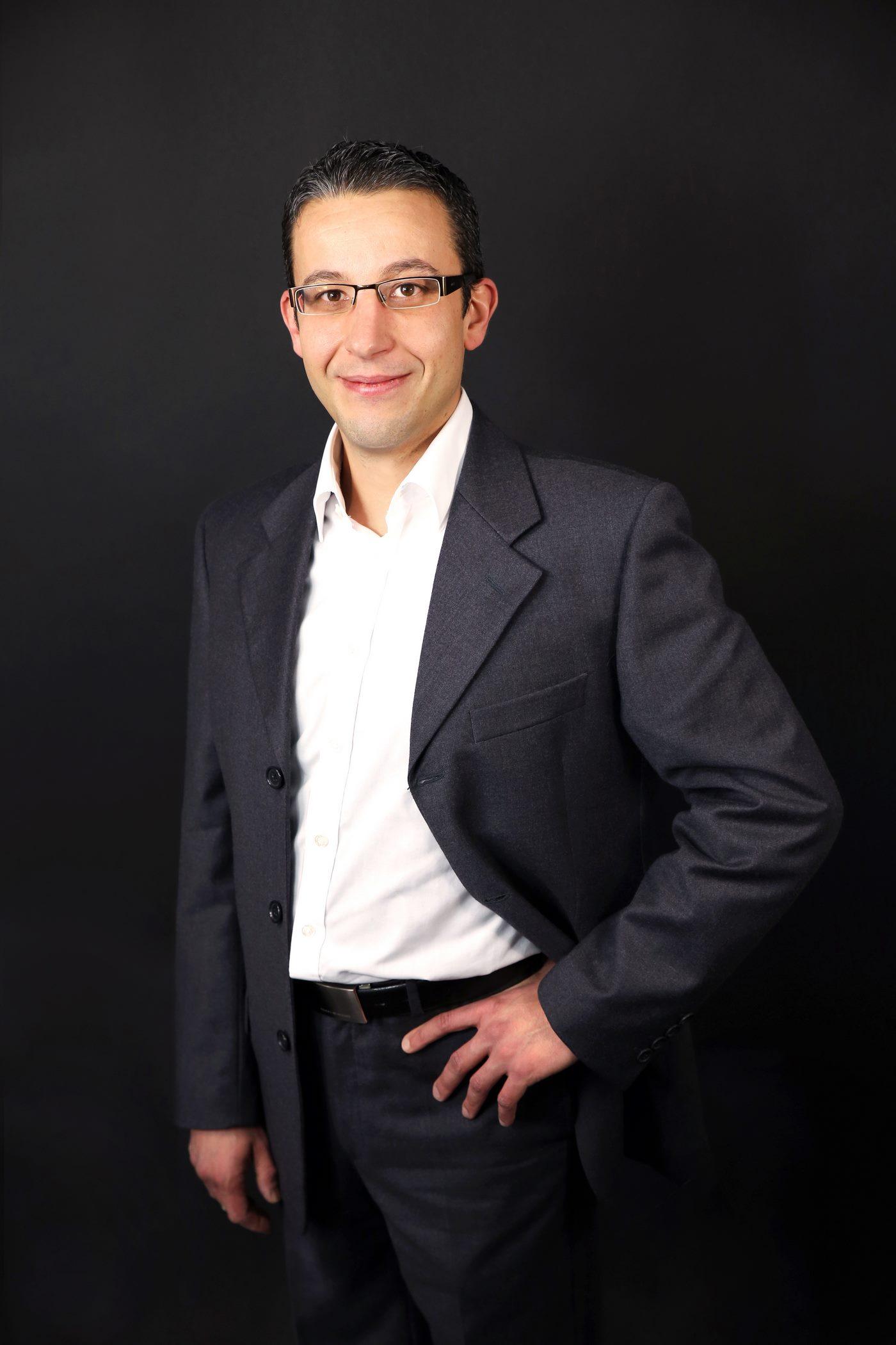 Junger Mann im Businesslook fotografiert