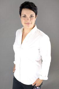 Jungefrau mit beim Businessshooting vor grauerm Hintergrund