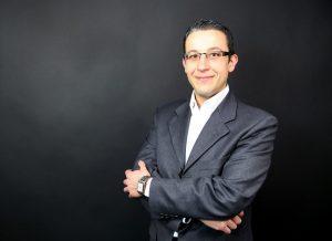 Businessfotografie Herr vor dunklem Hintergrund