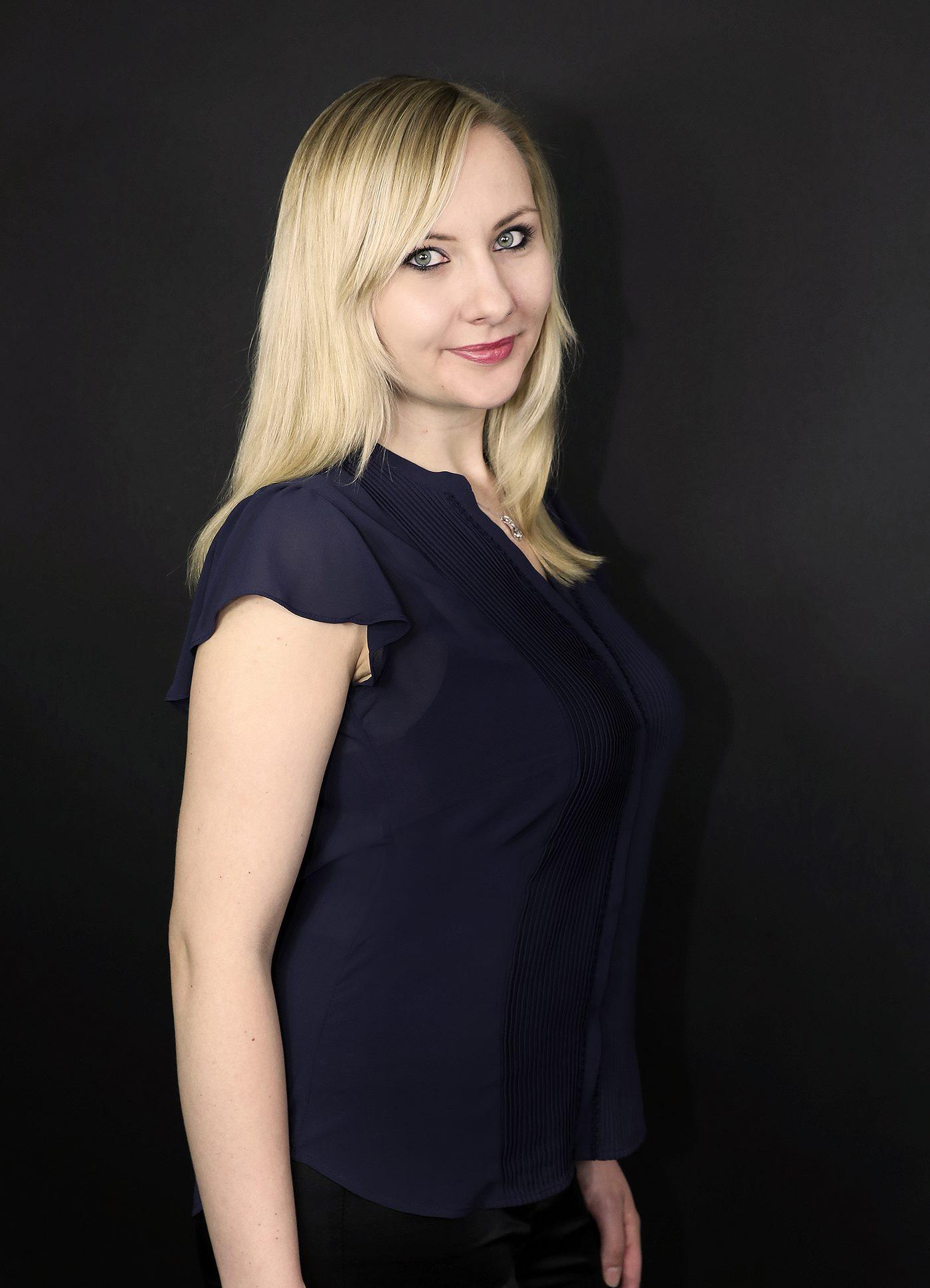 Businessfotografie Frau vor dunklem Hintergrund