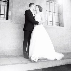 Küssendes Brautpaar in schwarz-weiß