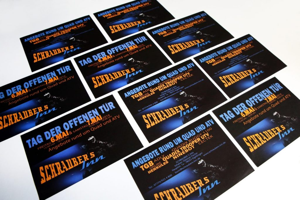 Mehrere Flyer auf einem Bild von Schraubers Inn