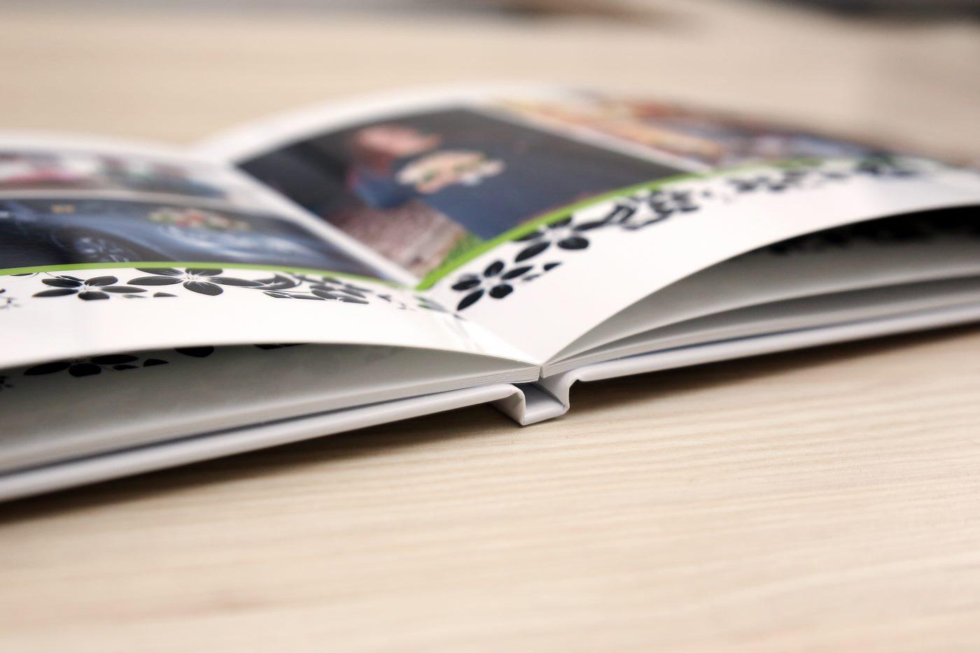 Aufgeklapptes Fotobuch zur Hochzeit