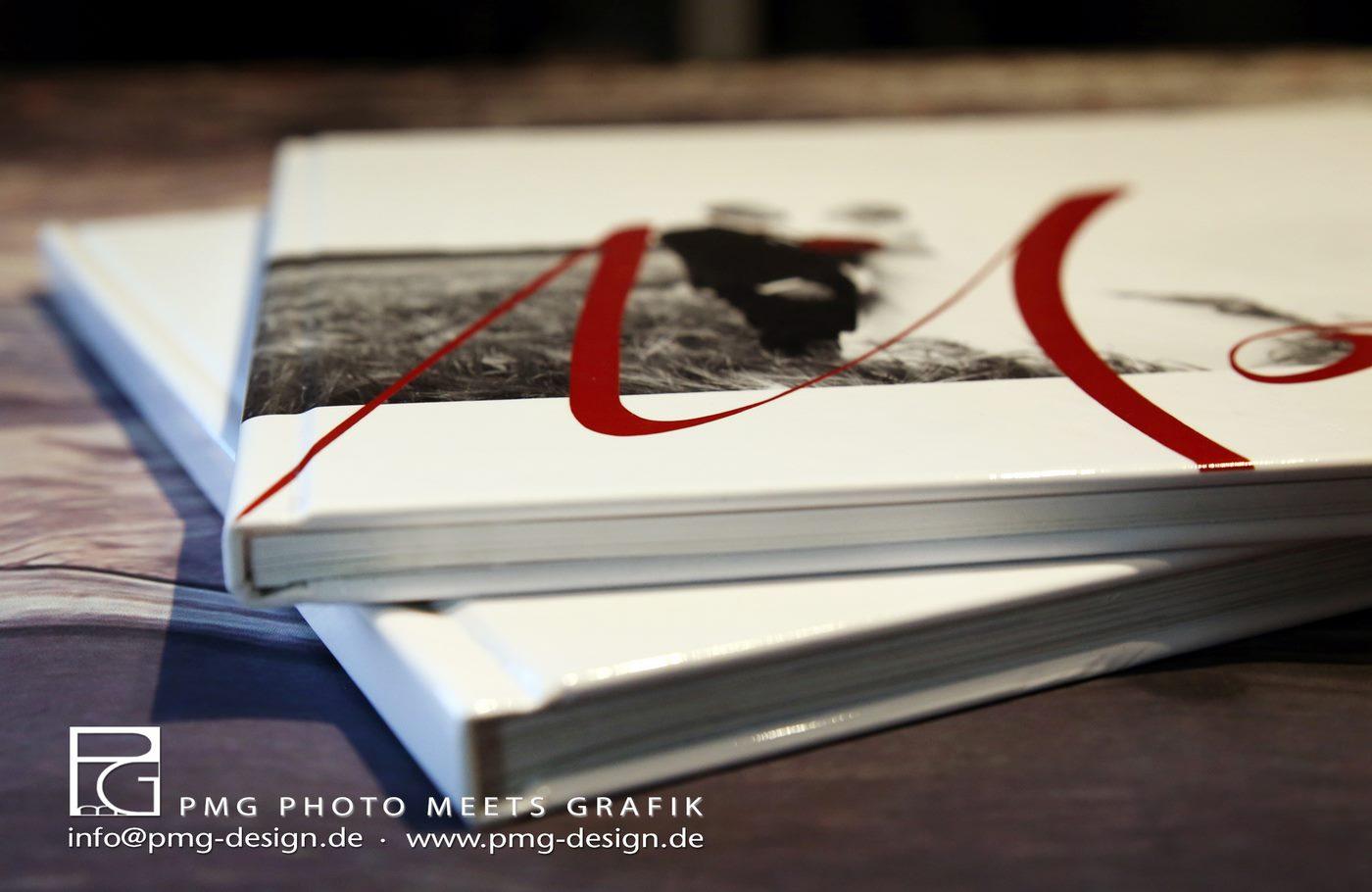 Zwei Hochzeitsfotobücher gestapelt