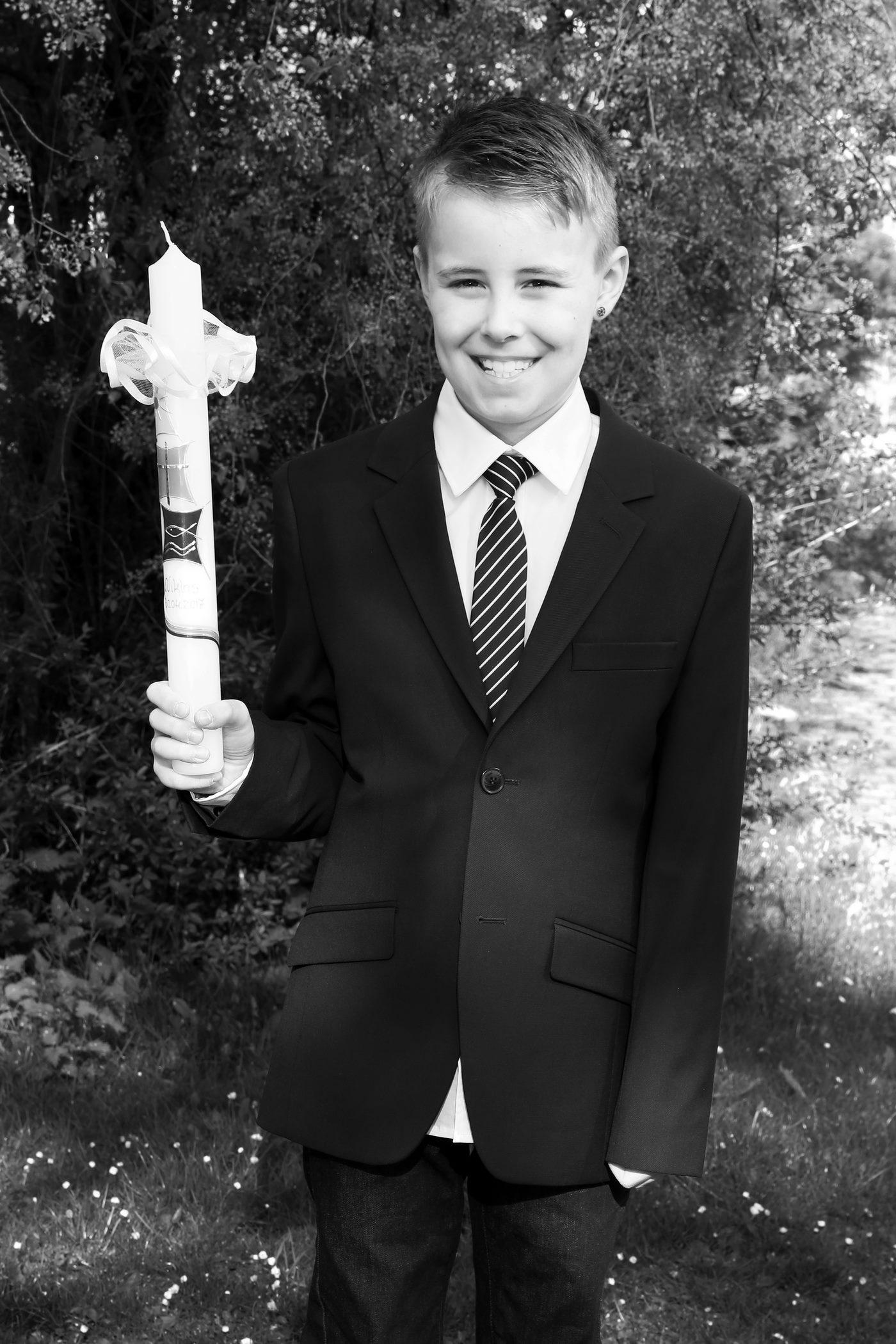 Junge zur heiligen Kommunion fotografiert