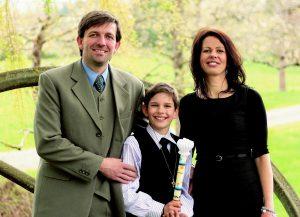 Familie mit Kind zur Kommunion fotografiert
