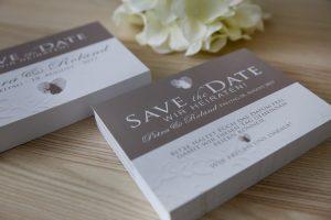 Save the Date Karte zur Hochzeit in Taupe mit Fingerabdruck Logo