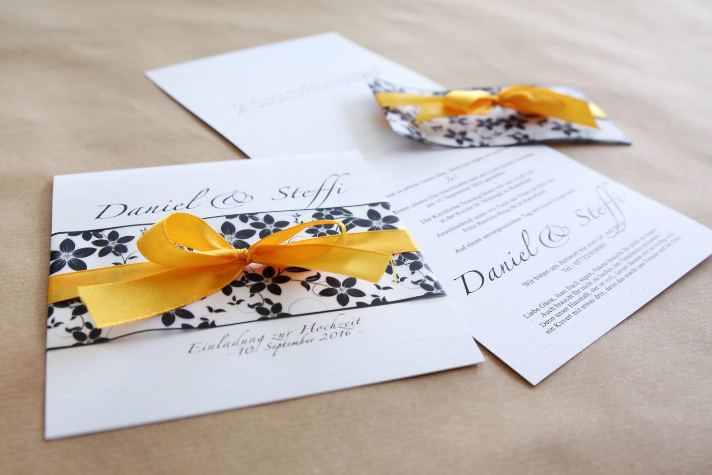 Einladungskarte zur Hochzeit mit Satinschleife und Blumenmuster