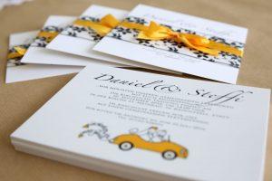 Einladungskarte mit Einleger und oranger Schleife zur Hochzeit