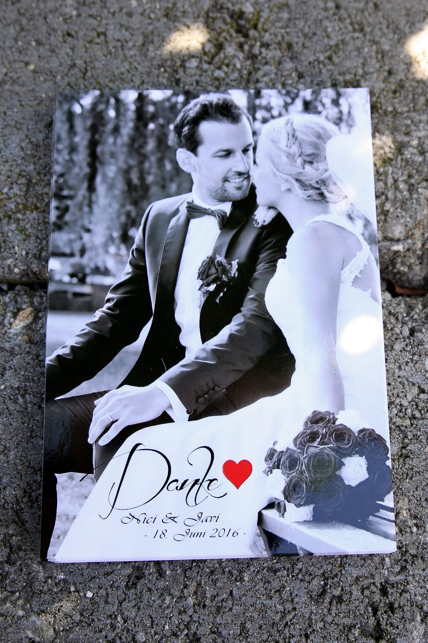 Dankeskarte zur Hochzeit als Postkarte in schwarz-weiß auf Steinmauer