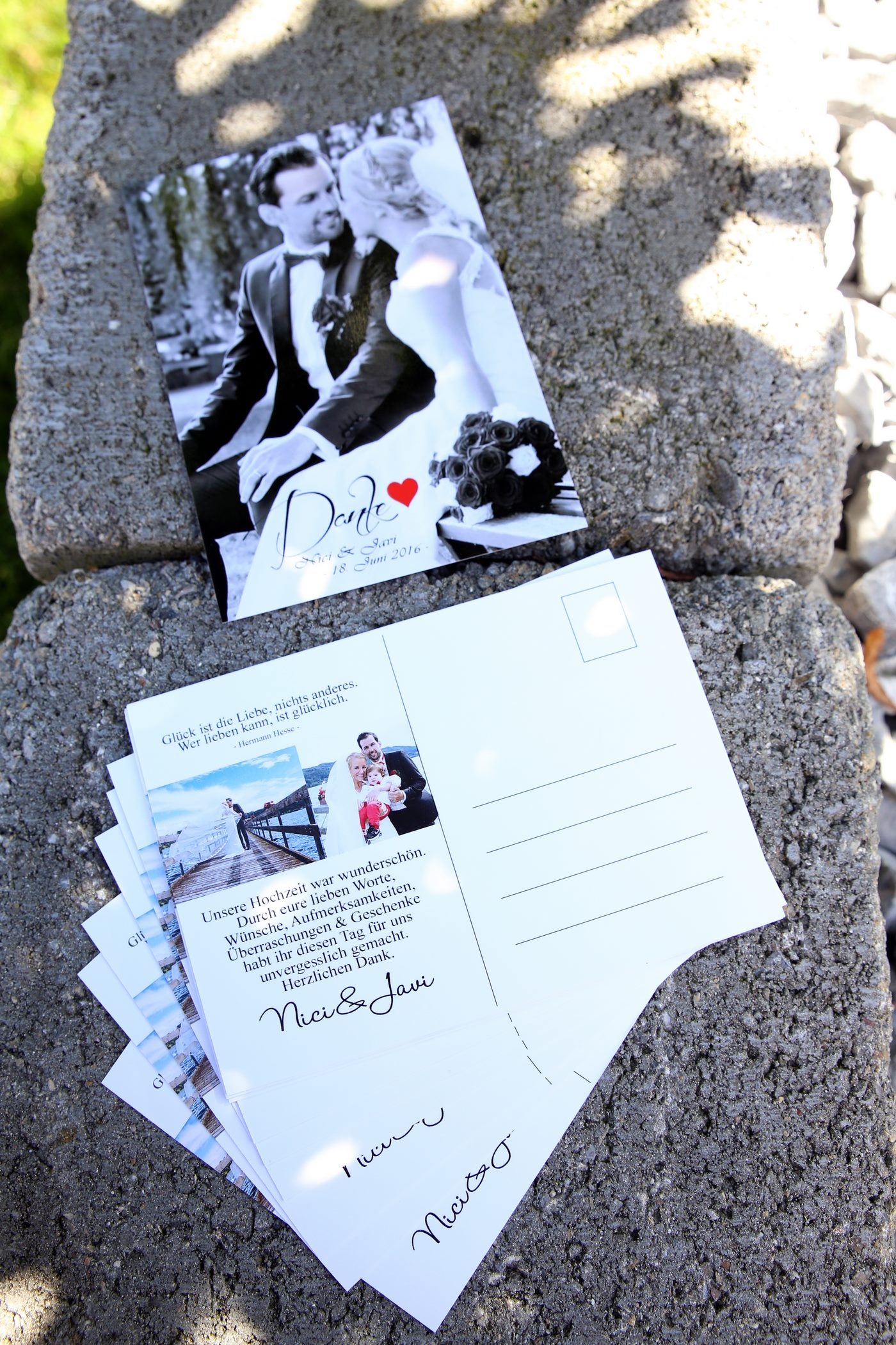 Einladungskarte zur Hochzeit als Postkarte in schwarz-weiß auf Steinmauer