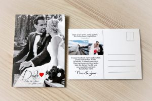 Einladungskarte zur Hochzeit als Postkarte in schwarz-weiß