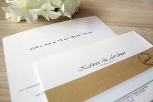 Handgefertigte Einladungskarte mit Kraftpapier mit Einleger und eigenem Logo