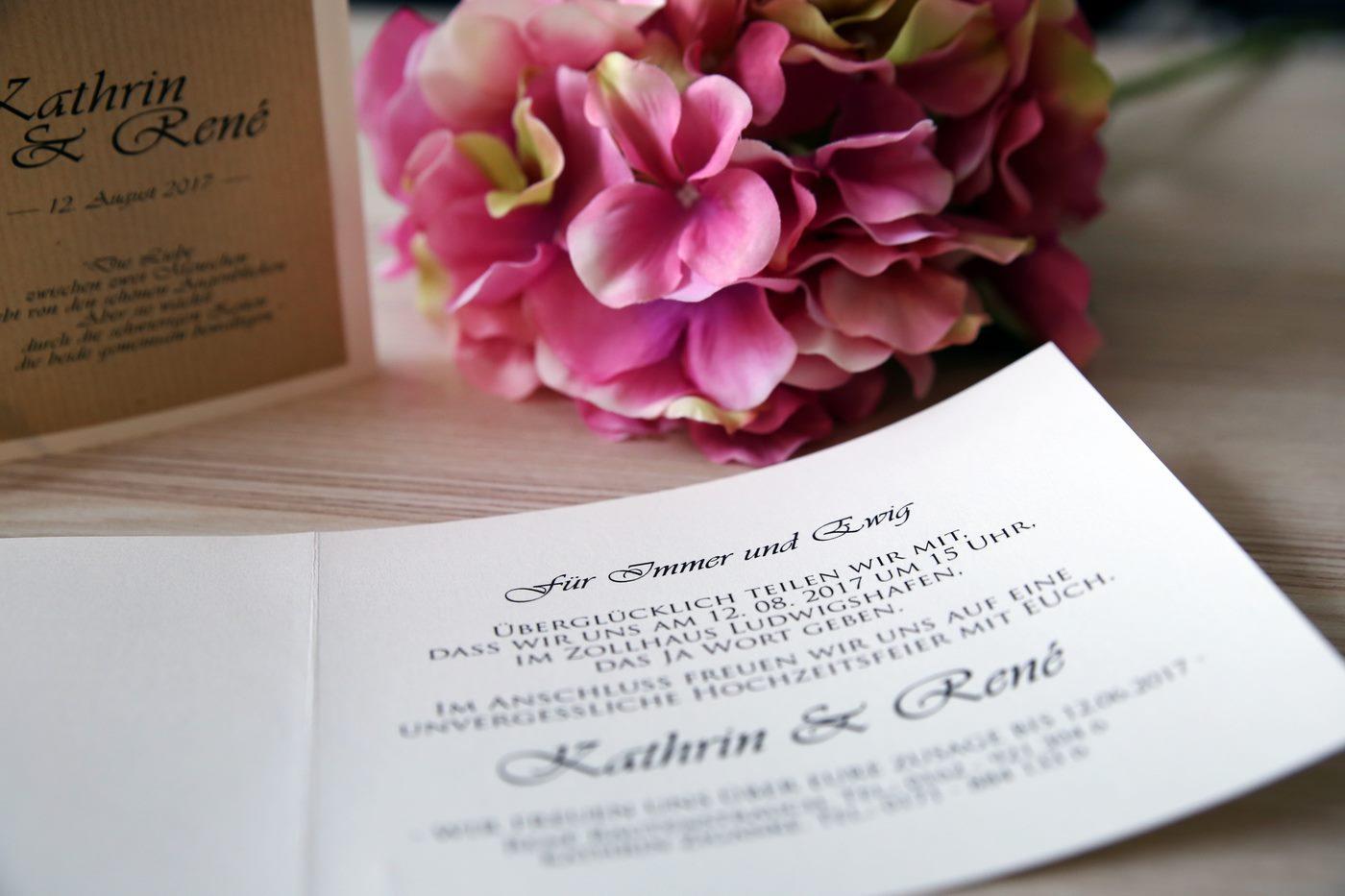Handgefertigte Einladungskarte im Vintage Design mit Blume