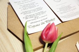 Einladungskarte aus Kraftpapier mit Einlegerkarte mit Tulpe abgelichtet