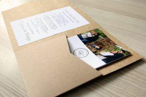 Pocketfold Einladungskarte aus Kraftpapier mit Einlegerkarte und individuellem logo