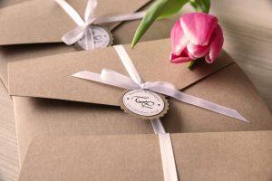 drei Pocketfold Einladungskarten aus Kraftpapier mit einer Tulpe