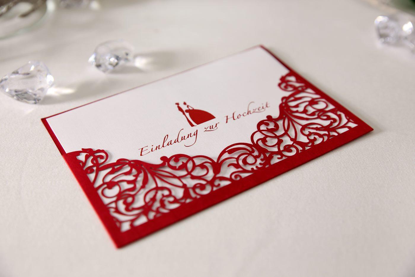 Lasergeschnittene Einladungskarte in rot zur Hochzeit